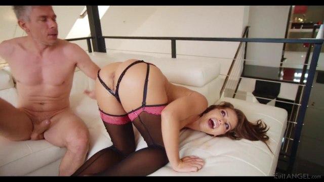 Девушка натирает вагиной и аналом два больших мужских члена #4
