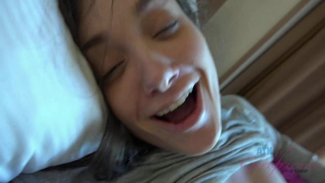 Качок будит ночью пьяную студентку и ебет ее раком в серой кофте на кровати #5