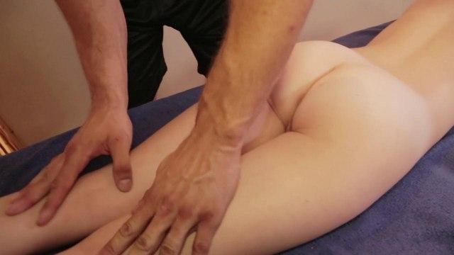 Блондинка во время массажа получила длинный хер в глубокую писечку #1