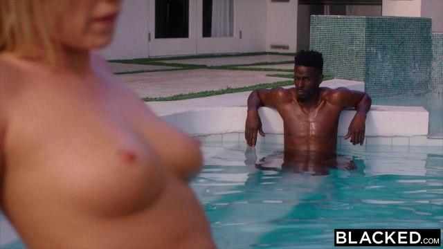 Белая в бассейне начала глубоко сосать член чернокожего партнера #3
