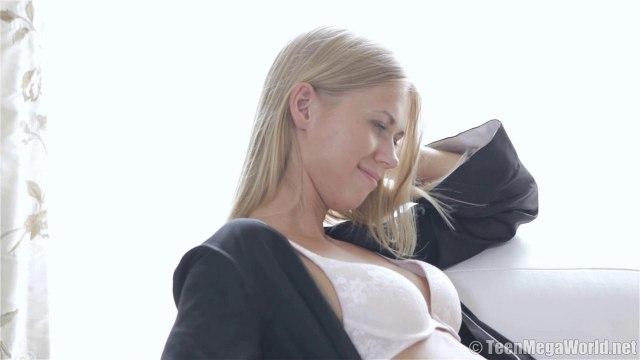 Блондин вскрывает то узкую писю, то задний проход нежной модели #1