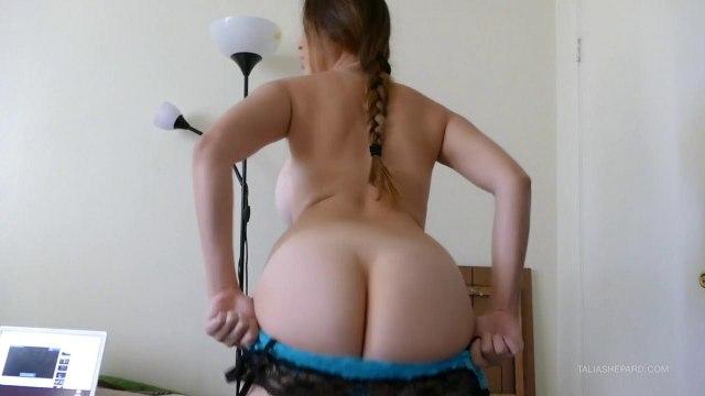 Красотка оголяет под голубой блузкой крупные сиськи и начинает мастурбировать #3