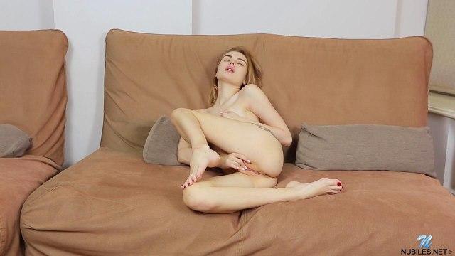 Девушка лежит на диване и трогает рукой соски и мягкий клиторок #5