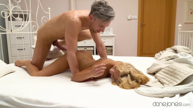 Блондинка наслаждается романтическим сексом с седым поджарым учителем #9