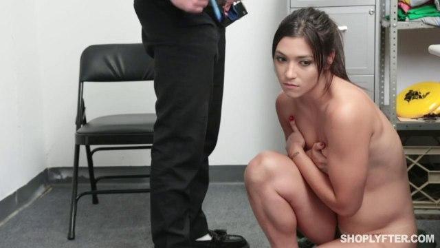 Охранник наказывает покупательницу за кражу жесткой еблей раком на столе #5
