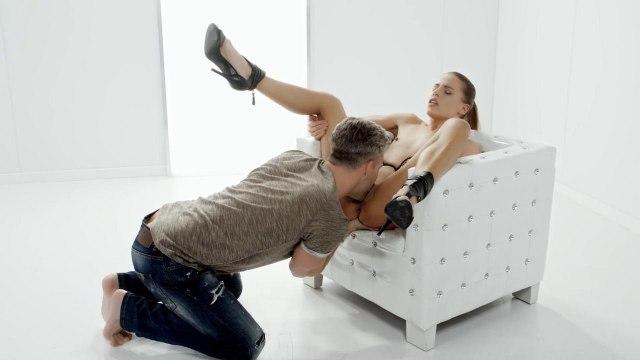 Девушка в черных туфлях на белом кресле скачет на елде директора и кончает #3