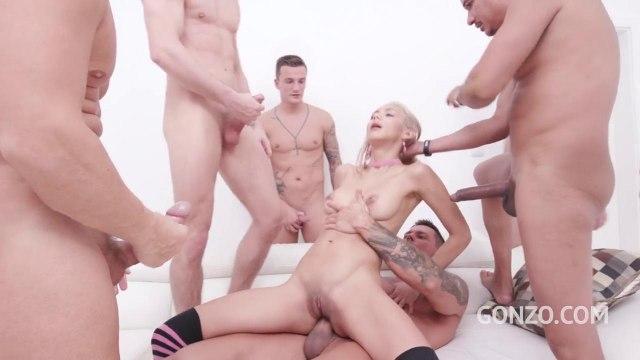 Самцы с каменными членами устроили ганг-банг для блондинки в гетрах #5
