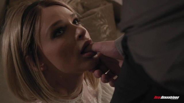 Блондинка специально не носит трусики, чтобы всегда быть готовой к сексу #2