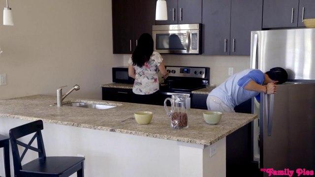 Сладкая парочка трахается на кухне, пока мамаша не видит их страстные игры #1