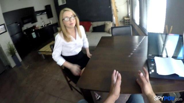 Секретарша в очках сделала на коленях нежный минет боссу #1