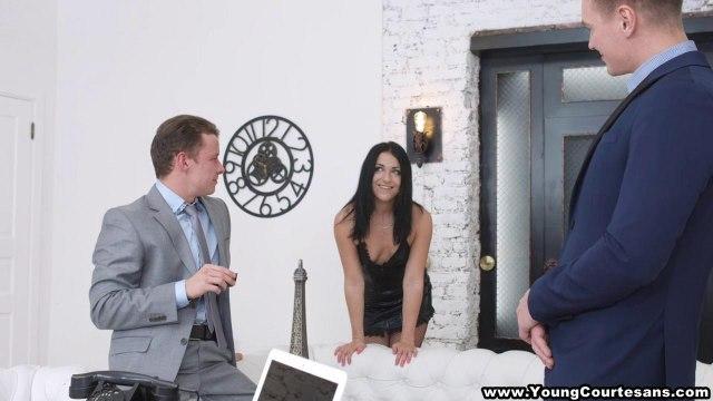 Два бизнесмена срывают черное платье с секретарши и имеют до кончи в ротик и писю #1