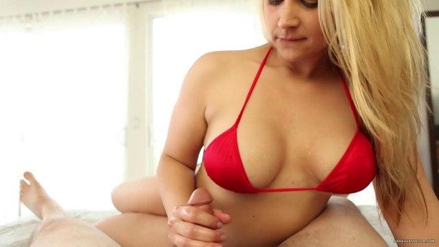 Модель в красном купальнике дрочит руками пенис агента в отеле #1
