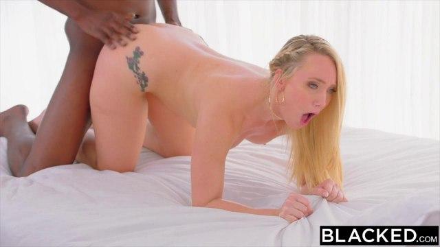 Блондинка на кухне падает перед черным на колени и берет за щеку крупный елдак #7