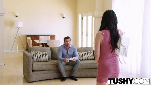 Шериф проводит время с соседкой в розовом платье и получает глубокий минет на софе #1