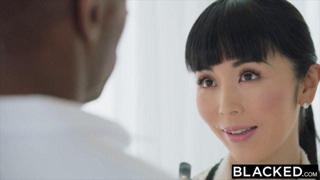 Китаянка пытается глубоко сосать черный хер негра и запрыгивать на него пиздой #2