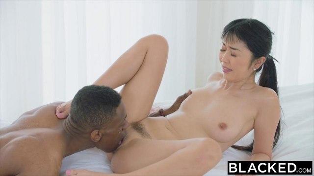 Китаянка пытается глубоко сосать черный хер негра и запрыгивать на него пиздой #5