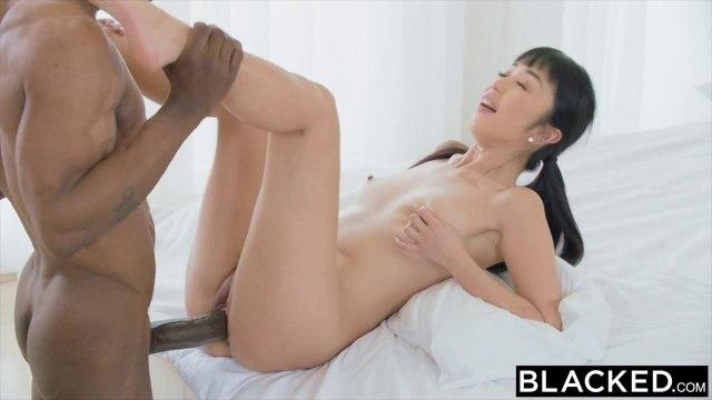 Китаянка пытается глубоко сосать черный хер негра и запрыгивать на него пиздой #6