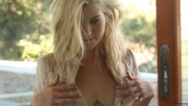 Блонди с тату под сиськами красиво натирает сосочки в гостиной #1