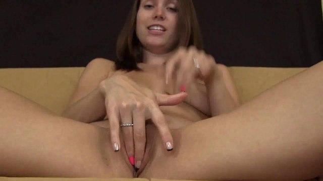 Женщина перед вебкамерой сидит без трусиков в черных кросмовках и мастурбирует #2