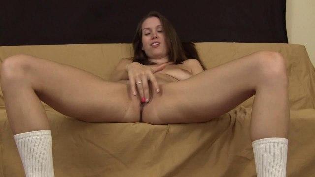 Женщина перед вебкамерой сидит без трусиков в черных кросмовках и мастурбирует #7