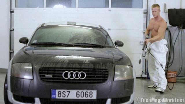 Мойщик автомобиля соблазнил клиентку и выебал ее в пизду прямо на капоте #1