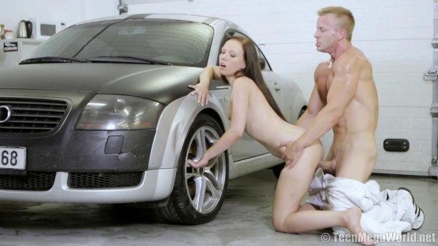 Мойщик автомобиля соблазнил клиентку и выебал ее в пизду прямо на капоте #8