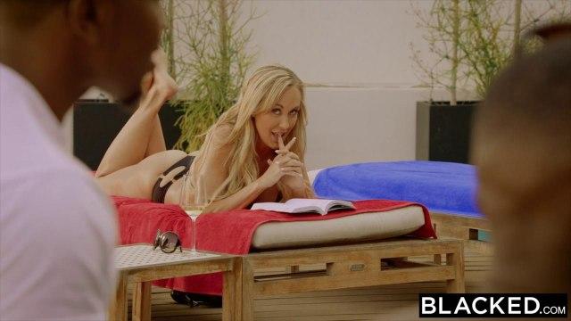 Зрелая блонди пищит и сквиртует на двух черных пенисах баскетболистов #1