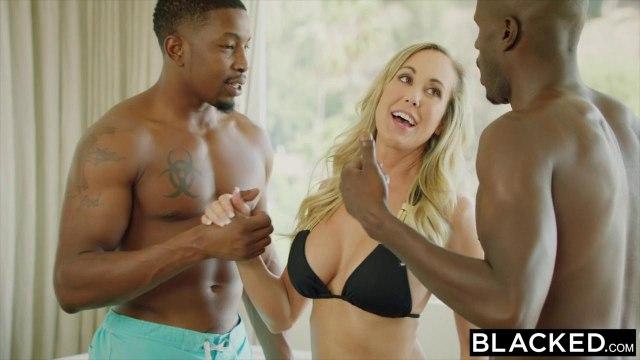 Зрелая блонди пищит и сквиртует на двух черных пенисах баскетболистов #2