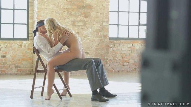 Красавчик сидит в деловой одежде на стуле и из-за повязки не видит, кто ему до яиц сосет большой хрен #3